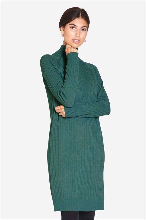 Image of   Højhalset grønammekjole i kabelstrik i dejlig Merino uld